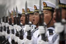 Китайские моряки на параде в Циндао 5 декабря 2013 года. Китай во вторник представил стратегию, которая заключается в том, чтобы улучшить охрану берегов с помощью военно-морских сил, заявив, что его морские границы подвергаются серьезным угрозам.  REUTERS/China Daily