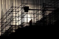 Строящийся жилой дом в городе Пуэр в китайской провинции Юньнань. 23 апреля 2015 года. Китай должен увеличить бюджетную поддержку экономики, если темпы роста упадут ниже 6,5 процента в этом году, или подготовить меры ограничения кредитования и инвестиций в случае, если рост окажется быстрее ожидаемого, сообщил во вторник Международный валютный фонд. REUTERS/Wong Campion