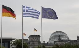 Bandeiras da Alemanha, Grécia e União Europeia vistas em Berlim.    24/08/2012   REUTERS/Tobias Schwarz