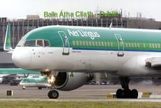 Un avión de Aer Lingus antes de su despegue en el aeropuerto de Dublín, el 27 de enero de 2015. El Gobierno irlandés abordará el martes la venta de la participación por 25 por ciento que mantiene en Aer Lingus, cuatro meses después de el consejo de administración de la aerolínea recomendara su venta a accionistas, dijo el primer ministro, Enda Kenny. REUTERS/Cathal McNaughton