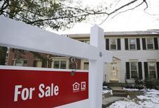 """Un cartel de """"En venta"""" cuelga frente a una casa en Oakton, Virginia, 27 de marzo de 2014. Las ventas de nuevas viviendas unifamiliares de Estados Unidos subieron más de lo esperado en abril, con una escalada del precio mediano, sugiriendo que el mercado de las casas se recupera y gana tracción. REUTERS/Larry Downing"""