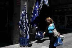 Женщина в Афинах. 25 мая 2015 года. Греция может избежать платежа Международному валютному фонду 5 июня и выиграть больше времени для переговоров о финансировании без объявления дефолта, если объединит все выплаты фонду, ожидающиеся в июне, и заплатит всю сумму в конце месяца, сообщили чиновники во вторник. REUTERS/Alkis Konstantinidis