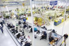 Unos trabajadores en la planta de Sikorsky en Coatesville, EEUU, oct 16 2014. Un índice que refleja los planes de inversión empresarial en Estados Unidos se incrementó sólidamente en abril por segundo mes consecutivo, en una señal de esperanza para la actividad manufacturera después de la reciente debilidad.   REUTERS/Mark Makela