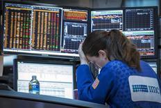 Трейдер на фондовой бирже в Нью-Йорке. 26 мая 2015 года. Фондовые рынки США снизились во вторник за счет опасений за Грецию и хороших экономических показателей США, которые могут ускорить повышение процентных ставок ФРС. REUTERS/Brendan McDermid