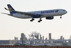 A Skymark Airlines aircraft approaches to land at Haneda airport in Tokyo November 19, 2014. REUTERS/Toru Hanai