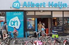 Supermarché Albert Heijn, première enseigne néerlandaise d'Ahold. Le groupe annonce un bénéfice d'exploitation inférieur aux attentes au titre du premier trimestre, la décision du distributeur de consentir une série de baisses des prix pour gagner des parts de marché ayant entraîné une érosion des marges aussi bien Etats-Unis qu'aux Pays-Bas. /Photo d'archives/REUTERS/Michael Kooren