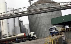 Caminhoneiros andam por instalações de fábrica de biocombustível, em Passo Fundo. 21/05/2010 REUTERS/Bruno Domingos