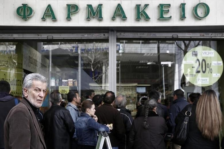 People line up outside a pharmacy during a strike by pharmacists in Athens, March 28, 2014. REUTERS/Yorgos Karahalis