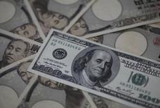 Купюры валют доллар СШа и иена в Токио 28 февраля 2013 года. Курс доллара к иене поднялся до максимальной отметки с декабря 2002 года, а австралийский доллар упал до минимума шести недель после выхода отчета о капиталовложениях компаний. REUTERS/Shohei Miyano