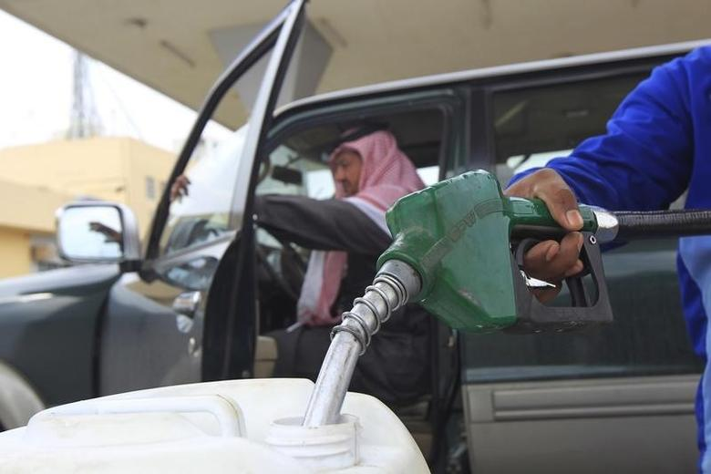 An employee fills a container with diesel at a gas station in Riyadh December 19, 2012. REUTERS/Fahad Shadeed