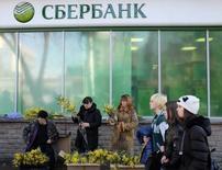 Люди у отделения Сбербанка в Ставрополе 6 марта 2015 года. Крупнейший госбанк РФ Сбербанк в первом квартале 2015 года снизил прибыль на 58 процентов из-за падения доходов от кредитования и возросших резервов, сообщил банк в четверг. REUTERS/Eduard Korniyenko