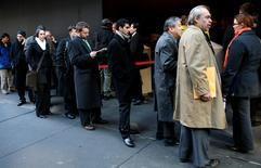 File d'attente devant une foire pour l'emploi à New York. Les inscriptions hebdomadaires au chômage ont augmenté de 7.000 aux Etats-Unis la semaine dernière alors qu'elles étaient attendues plutôt en baisse, tout en restant à des niveaux qui continuent de dénoter une amélioration du marché du travail. /Photo d'archives/REUTERS/Mike Segar