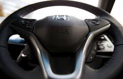 Un manubrio con el logo de Honda, en el que fue instalado un airbag producido por Takata, durante un evento de presentación en Tokyo,1 de diciembre de 2014. Honda Motor Co llamó a revisión a alrededor de 340.000 autos en Japón para reemplazar infladores de bolsas de aire fabricados por Takata Corp, después de que el proveedor de partes con sede en Tokio accedió la semana pasada a cumplir con órdenes de Estados Unidos de ampliar sus convocatorias previas a revisión. REUTERS/Toru Hanai/Files