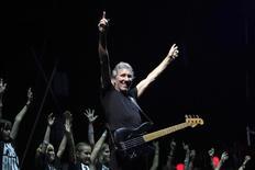 """El ex miembro y co-fundador de la banda Pink Floyd, Roger Waters, tocando junto a un coro de niños de Romania, durante el tour """"The Wall"""", en Bucarest, 28 de agosto de 2013. Roger Waters y Nick Mason, miembros fundadores de Pink Floyd, bromearon el jueves durante un homenaje de que la legendaria banda era tan mala al principio que no hubiera pasado una prueba en un concurso de talento. REUTERS/Radu Sigheti"""