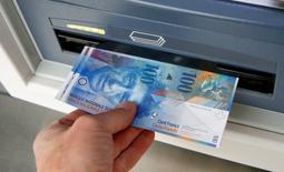 L'économie suisse s'est contractée au premier trimestre mais les solides dépenses des ménages ont amorti un tassement qui aurait pu être plus prononcé à l'issue du désarrimage du franc d'avec l'euro le 15 janvier. Le PIB suisse a diminué de 0,2% d'un trimestre sur l'autre après une croissance de 0,5% au dernier trimestre 2014. /Photo d'archives/REUTERS/Arnd Wiegmann