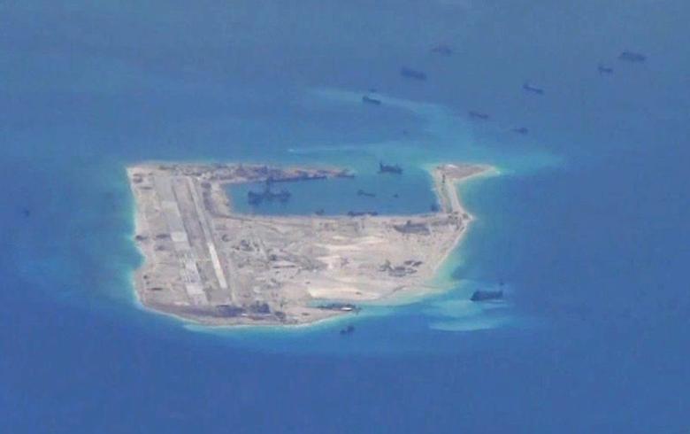 5月21日,美国海军提供的侦察机拍摄视频的截图,据信为南中国海永暑礁附近的中国挖泥船。REUTERS/U.S. Navy/Handout via Reuters