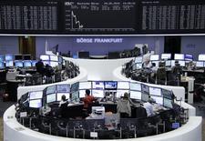 Помещение фондовой биржи во Франкфурте-на-Майне. 29 мая 2015 года. Европейские фондовые рынки снижаются и завершат неделю в минусе после выхода отчета о кредитовании в еврозоне и за счет противоречивой информации о ходе переговоров Греции с кредиторами. REUTERS/Stringer