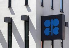 El logo de la OPEP en su sede de Viena el 10 de junio de 2014. Los precios del petróleo probablemente se mantendrán relativamente débiles por el resto de este año debido a amplios suministros de productores de Oriente Medio y el resurgimiento de la producción de esquisto en Estados Unidos, pronosticó un sondeo de Reuters publicado el viernes. REUTERS/Heinz-Peter Bader