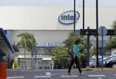 Intel, au rang des valeurs à suivre à Wall Street, est proche d'un accord d'achat d'ALTERA pour 15 milliards de dollars et l'affaire sera probablement conclue d'ici la fin de la semaine prochaine, rapporte le New York Post en citant des sources informées des négociations. /Photo d'archives/REUTERS/Juan Carlos Ulate