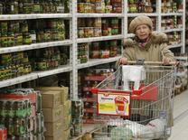 Женщина в гипермаркете Ашан в Москве 15 января 2015 года. Премьер-министр РФ Дмитрий Медведев поручил Минфину проработатьвозможность использования в 2016-2018 годах средств фонда национального благосостояния для покрытия дефицита бюджета пенсионного фонда. REUTERS/Maxim Zmeyev