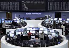 Les actions de la zone euro ont terminé en baisse vendredi, pénalisées par la confusion entourant le dossier grec et la stagnation du crédit en zone euro au mois d'avril malgré le soutien de la BCE. L'indice CAC 40 à Paris a terminé en repli de 2,53% à 5.007,89 points. Cela porte son recul à -2,62% sur l'ensemble de la semaine. /Photo prise le 29 lai 2015/      REUTERS