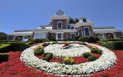 """Una vista general de la estación de tren del rancho """"Neverland"""" de Michael Jackson en Los Olivos, California, 3 de julio de 2009. El extenso rancho """"Neverland"""" en California, que era propiedad del fallecido cantante Michael Jackson, está a la venta por 100 millones de dólares, dijo el viernes Sotheby's International Realty. REUTERS/Phil Klein/Files"""