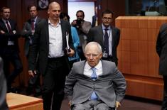 German Finance Minister Wolfgang Schaeuble and Greek counterpart Yanis Varoufakis (L) arrive at an euro zone finance ministers meeting in Brussels, Belgium, May 11, 2015.   REUTERS/Francois Lenoir