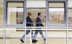 Le Premier ministre grec, Alexis Tsipras, et son ministre des Finances, Yanis Varoufakis, au ministère des Finances à Athènes. Le ministre grec de l'Energie a eu des discussions à Moscou pour la construction d'un gazoduc qui acheminerait du gaz russe vers l'Europe via la Grèce.. /Photo prise le 27 mai 2015/REUTERS/Alkis Konstantinidis