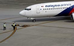 La compagnie aérienne Malaysia Airlines est pratiquement en faillite et son nouveau directeur général a présenté un plan de restructuration prévoyant la suppression d'un tiers des postes, la fermeture de plusieurs liaisons internationales et la réduction de sa flotte. /Photo d'archives/REUTERS/Olivia Harris