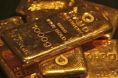 Слитки золота в ювелирном магазине в Индии. 8 мая 2012 года. Цены на золото снижаются за счет роста курса доллара, но опасения за Грецию дают рынку поддержку. REUTERS/Ajay Verma