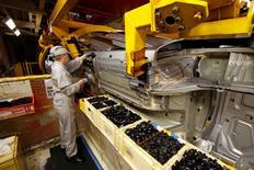 L'activité industrielle n'a guère montré de signes d'accélération en Europe et en Asie en mai faute d'un regain de demande, une évolution qui plaide en faveur d'un maintien du soutien des banques centrales à l'économie. /Photo d'archives/REUTERS/Benoît Tessier