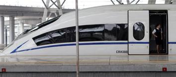 Train à grande vitesse de CNR Corp. Les deux constructeurs de trains chinois CSR Corp et China CNR ont annoncé lundi avoir bouclé leur fusion pour créer une nouvelle entité capable de concurrencer des groupes comme Siemens, Alstom et Bombardier et de promouvoir la technologie chinoise de grande vitesse. /Photo d'archives/REUTERS/Jason Lee