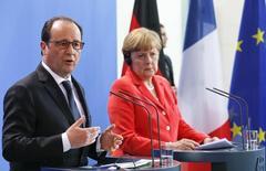 Chanceler alemã, Angela Merkel, e presidente francês, François Hollande, durante encontro em Berlim.   19/05/2015      REUTERS/Fabrizio Bensch