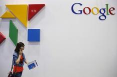 Una mujer pasa junto a un logo de Google en Pekín, el 28 de abril de 2015. Google aumentó los controles de privacidad para los usuarios y abrió una web que responde a preguntas frecuentes ante la creciente preocupación por la forma en que el gigante de las búsquedas recopila y usa sus ingentes cantidades de datos. REUTERS/Kim Kyung-Hoon