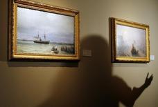 Personal de Sotheby's habla con periodistas sobre cuadros del artista ruso Ivan Konstantinovich Aivazovsky en el Museo Histórico de Moscú, el 25 de marzo de 2008. La casa de subastas Sotheby's anunció el domingo que la próxima semana en Londres procederá con la venta del cuadro de un reconocido artista ruso Ivan Aivazovsky, pese a que las autoridades en Moscú consideran que la pintura fue robada. REUTERS/Denis Sinyakov