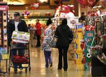 Compradores pasean por los pasillos de la tienda Safeway, en Wheaton Maryland, 13 de febrero de 2015. El gasto del consumidor estadounidense se mantuvo imprevistamente plano en abril, cuando las familias redujeron las compras de autos y continuaron elevando su ahorro, sugiriendo que la economía crecía moderadamente al comienzo del segundo trimestre. REUTERS/Gary Cameron