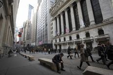 Personas caminan junto a la Bolsa de Nueva York, en el distrito financiero de Nueva York, 11 de marzo de 2014. Las acciones subían el lunes en la apertura de la Bolsa de Nueva de York tras el fuerte repunte en los mercados bursátiles de China, un avance que se registra poco antes de la divulgación de una serie de datos económicos en Estados Unidos. REUTERS/Brendan McDermid