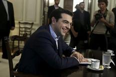 El primer ministro griego, Alexis Tsipras, en una reunión diplomática en Atenas, mayo 28 2015. La incertidumbre rodeaba el lunes las negociaciones por la deuda de Grecia al comenzar una semana crucial, después de que el primer ministro Alexis Tsipras lanzó una andanada de críticas contra los acreedores internacionales, que funcionarios dijeron eran muy diferentes a sus comentarios en privado con líderes de la Unión Europea. REUTERS/Alkis Konstantinidis