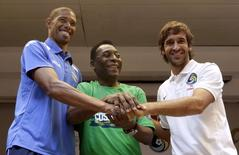 Cuba's soccer player Yenier Marquez (L), former Brazilian soccer star Pele (C) and New York Cosmos player Raul Gonzalez (R) shake hands after a news conference in Havana June 1, 2015. REUTERS/Enrique de la Osa