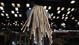 Funcionário carrega tubos de cobre na metalúrgica SPTF, em São Paulo. 20/04/2012 REUTERS/Nacho Doce