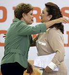 Presidente Dilma Rousseff abraça ministra da Agricultura, Kátia Abreu, em anúncio do Plano Safra 2015/16. 02/06/2015 REUTERS/Bruno Domingos