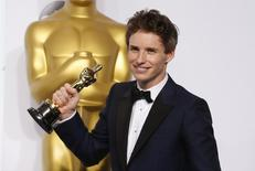 "El actor Eddie Redmayne posa con su premio Oscar al Mejor Actor por el filme ""The Theory of Everything"" en la entrega de los galardones de la Academia en Hollywood, feb 22 2015. El actor Eddie Redmayne ingresará al mundo de la magia como protagonista de la anticipada película ""Animales Fantásticos y Dónde Encontrarlos"", derivada de la saga de ""Harry Potter"", dijo el estudio Warner Bros.  REUTERS/Lucy Nicholson"
