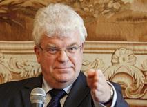 Посол России в ЕС Владимир Чижов на пресс-конференции в Брюсселе 30 сентября 2009 года. Законодатели ЕС во вторник ответили на запрет въезда в Россию европейских политиков и военных лидеров, заявив, что посла Москвы в Брюсселе больше не ждут в ассамблее, а российских законодателей будут проверять, прежде чем открыть им двери Европарламента. REUTERS/Yves Herman