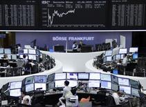 Les Bourses européennes évoluent en hausse mercredi à l'approche de la mi-séance et Wall Street est attendue dans le vert, dans un contexte toujours marqué par la remontée des rendements obligataires. À Paris, le CAC 40 progresse de 0,56% à 12h47 et à Francofrt, le Dax gagne 0,54% . Les investisseurs attendent surtout la conférence de presse de Mario Draghi, le président de la Banque centrale européenne (BCE), à 14h30. /Photo prise le 3 juin 2015/REUTERS/Remote/Staff