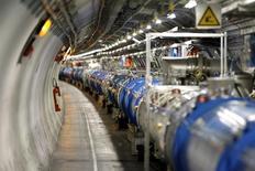 """Vista general del Gran Colisionador de Hadrones (LHC) durante una visita de los medios, en la Organización Europea para la Investigación Nuclear (CERN) en  Saint-Genis-Pouilly, Francia, 23 de julio de 2014. El Gran Colisionador de Hadrones (LHC) comenzará a explotar partículas a una velocidad sin precedentes el miércoles, recogiendo datos por primera vez en más de dos años que los científicos esperan les ayuden a resolver el misterio de la """"materia oscura"""". REUTERS/Pierre Albouy"""