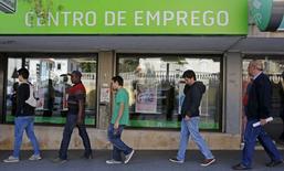 Personas esperan a que un centro de empleo abra, en Sintra, Portugal, 11 de mayo de 2015. El crecimiento de los negocios de la zona euro perdió algo de impulso el mes pasado pese a que las compañías recortaron precios de nuevo, pero también contrataron trabajadores a su ritmo más acelerado en cuatro años, mostró un sondeo el miércoles. REUTERS/Hugo Correia