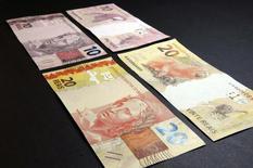 Billetes de 20 y 10 reales brasileños en una muestra en la sede del Banco Central de Brasil, en Brasilia, 23 de julio de 2012. Las monedas de los mercados emergentes se debilitarían más cuando la Reserva Federal de Estados Unidos suba las tasas de interés por primera vez en casi una década, aunque por ahora los inversores parecen estar relativamente tranquilos, mostró el miércoles un sondeo de Reuters. REUTERS/Cadu Gomes