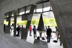 Jornalistas em frente a sede da Fifa, em Zurique.    30/05/2015    REUTERS/Arnd Wiegmann