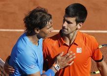 Novak Djokovic e Rafael Nadal após partida em Roland Garros. 03/06/2015 REUTERS/Jean-Paul Pelissier
