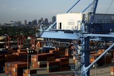 Contenedores en el puerto de Nueva Orleans, junto al río Misisipi, Louisiana, 23 de junio de 2010. El déficit comercial de Estados Unidos se redujo en abril debido a una caída en las importaciones, que avanzaron en marzo tras la culminación de disputas laborales en puertos de la costa oeste, mientras que las compañías aumentaron sus contrataciones en mayo luego de un retroceso en las nóminas privadas el mes previo. REUTERS/Sean Gardner